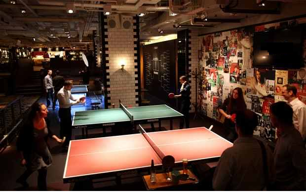 O zi amuzantă într-un club cu mese de tenis