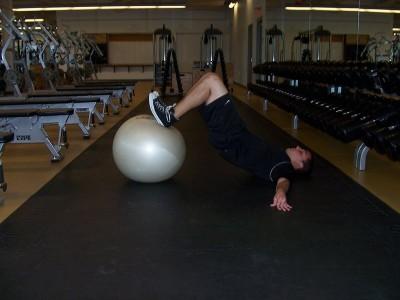 Flexii la mingea de fitness