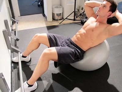 Abdomene la mingea de fitness