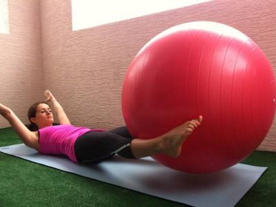 Ridicări de picioare cu mingea de fitness