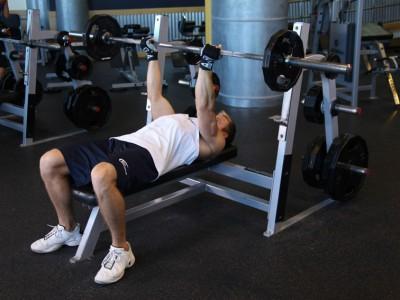 Împins cu bara pentru triceps
