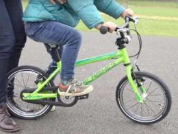 Cum îți înveți copilul să meargă pe bicicletă
