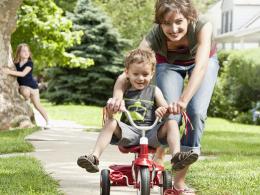 Cum te poți folosi de triciclete de copii pentru a intra în vorbă cu o femeie