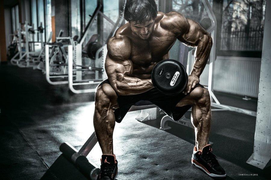 Biceps concentrat cu gantera