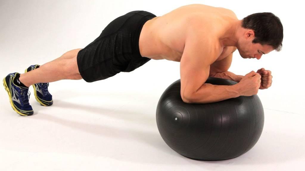 Scândura pe mingea de fitness