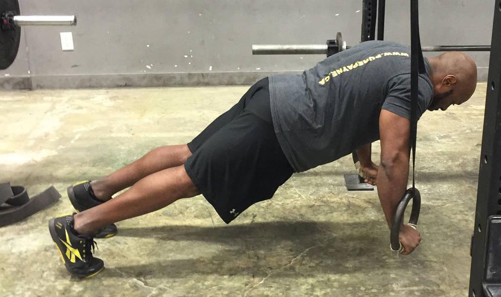 4 mișcări compuse pentru biceps și triceps - flotări la trx