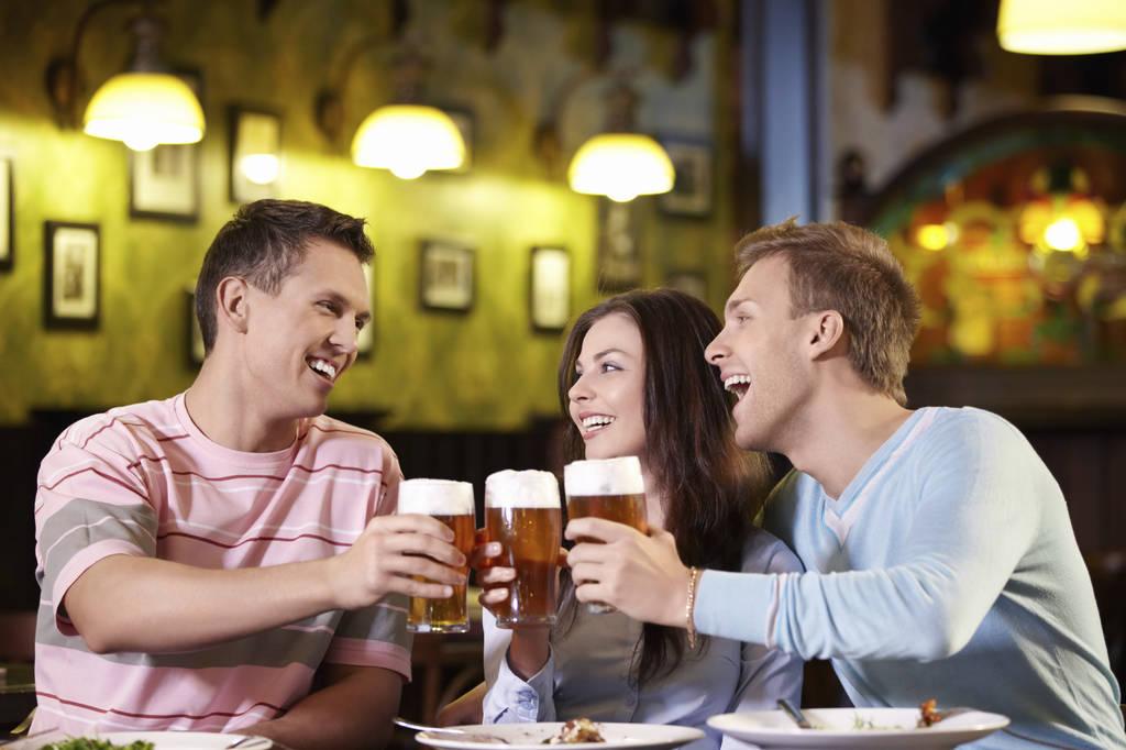 7 motive pentru care e sănătos să bei bere
